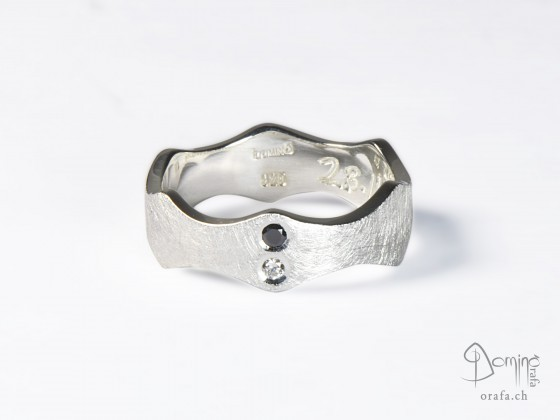 anello-bordi-v-graffiato-argento-diamanti-neeo-incolore