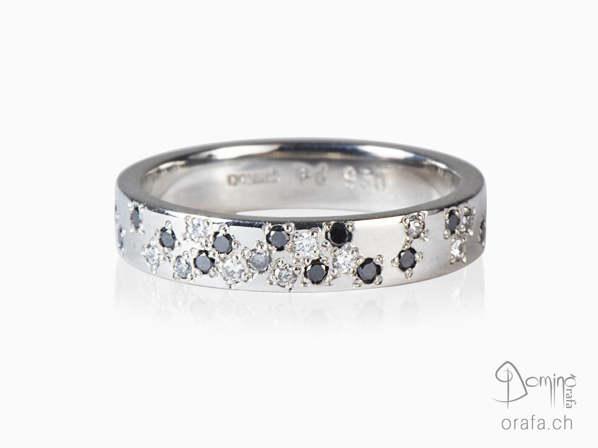 Ring with colorless, grey and black diamonds