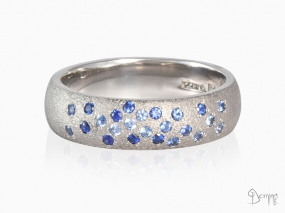 anello-bombato-sopra-sabbiato-zaffiri-blu-varie-tonalita-oro-bianco