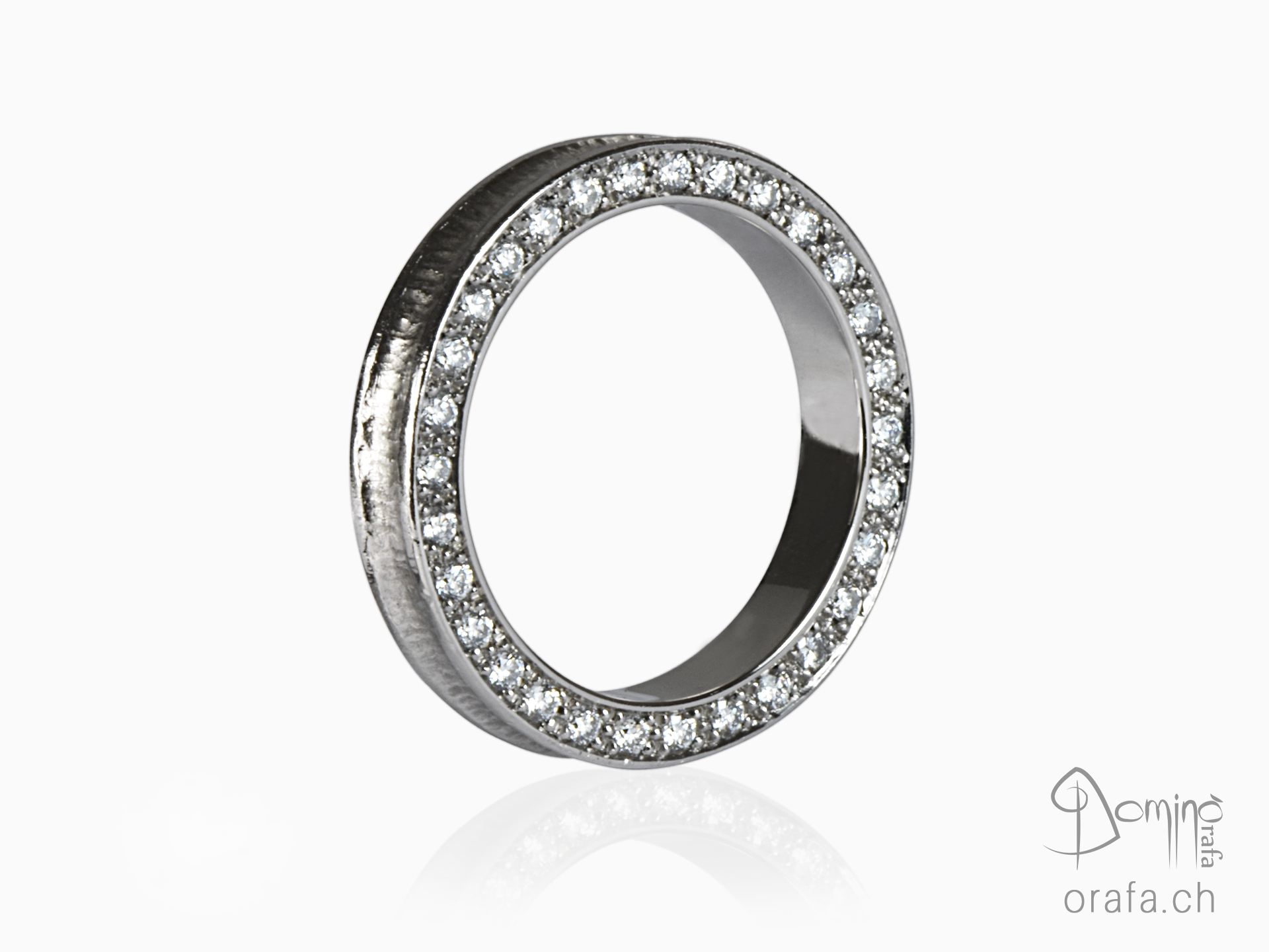 Conca ring with diamonds