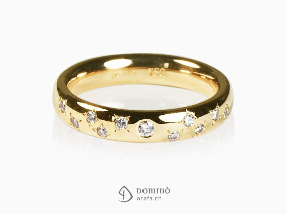 anello-diamante-centrale-10-diamanti-stelle-sparsi-oro-giallo