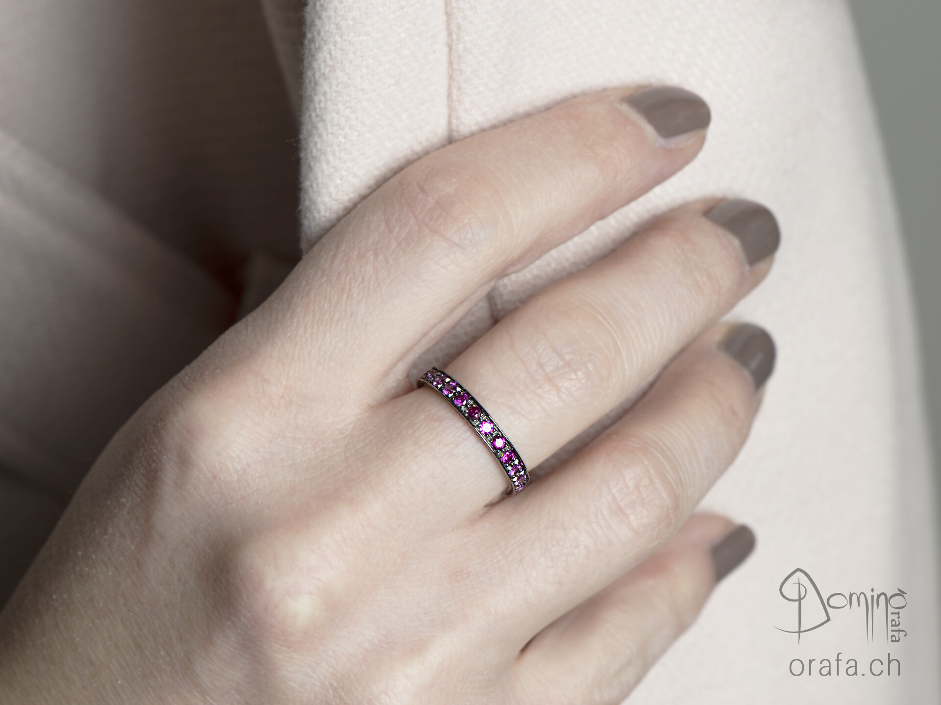 anello-diamanti-sfumatura-zaffiri-rosa-rodiato-nero-4