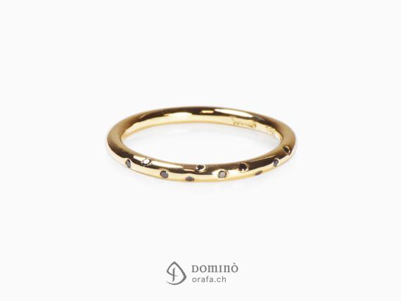 anello-filo-rotondo-diamanti-neri-oro-giallo