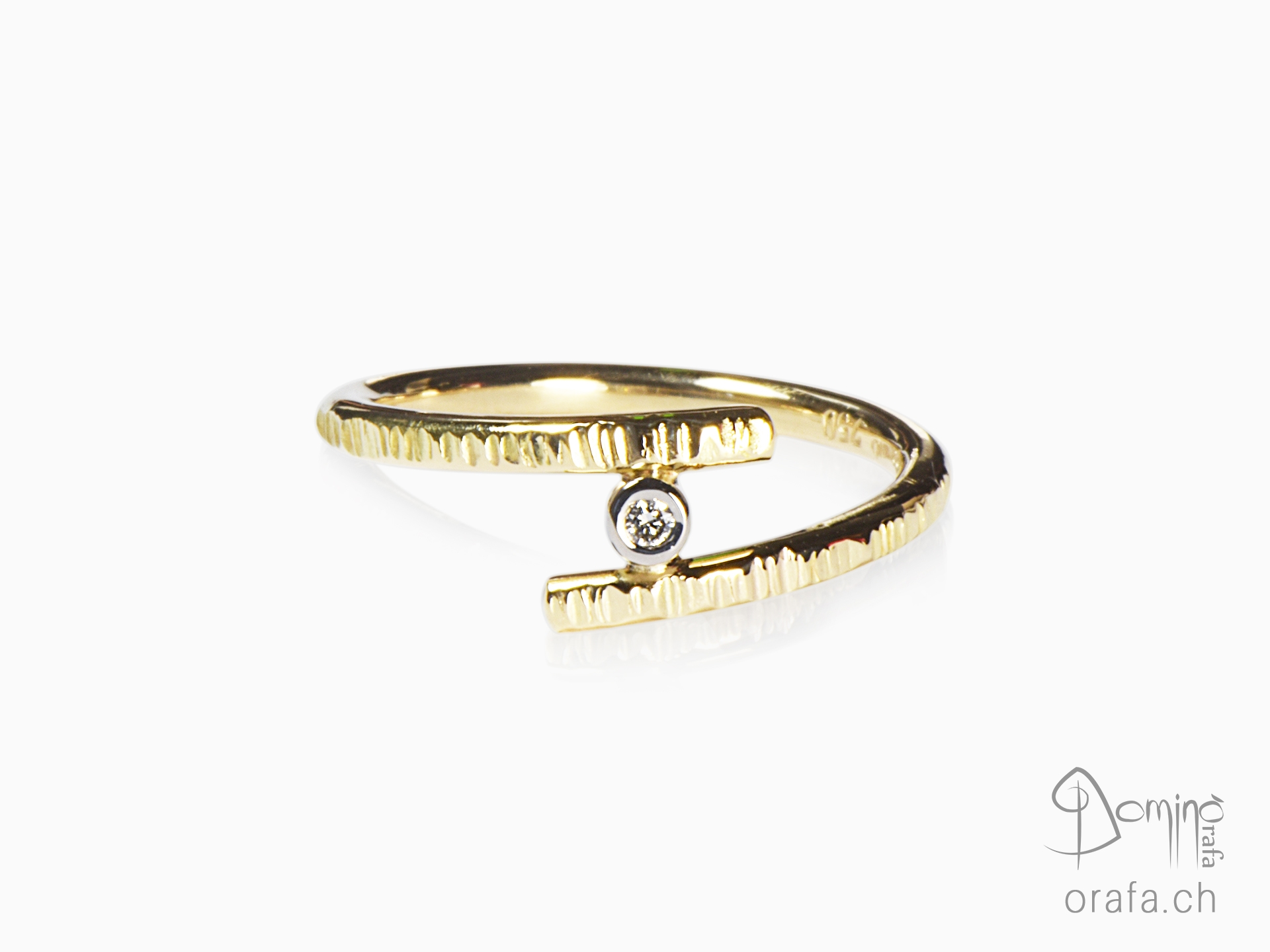 Yellow gold ring with diamond