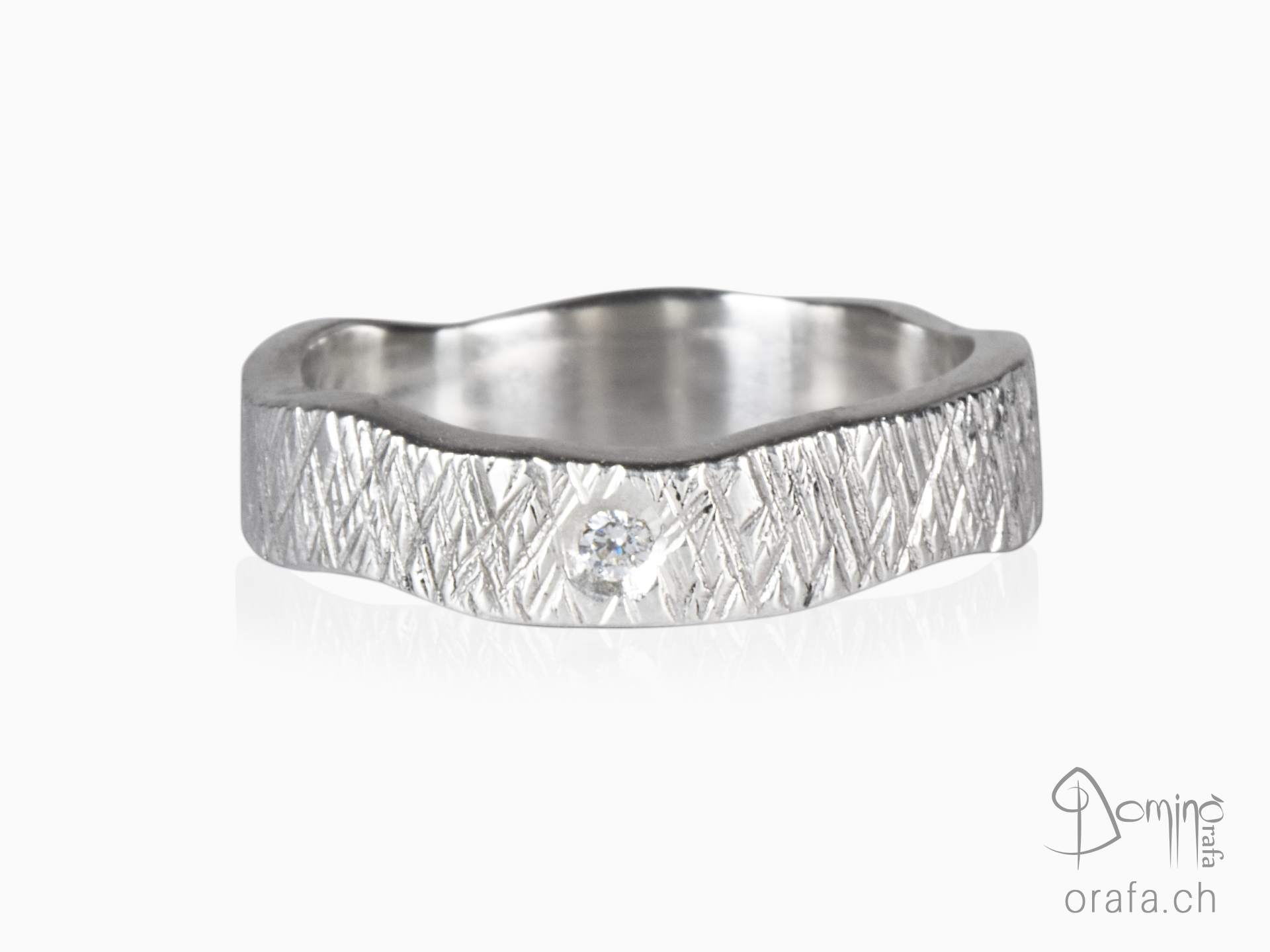 Crossed Linee ring with diamond