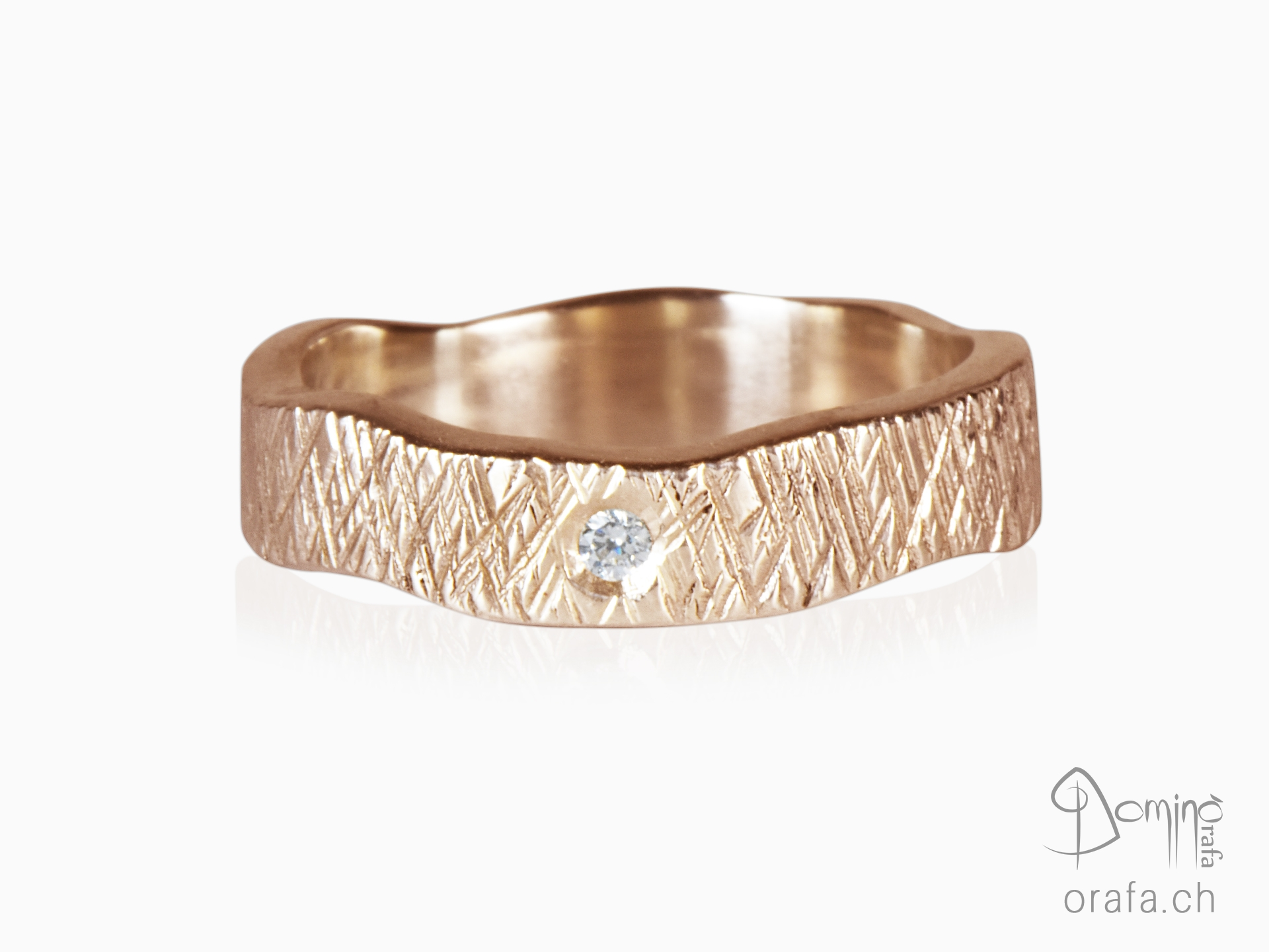 Crossed Linee ring with diamond