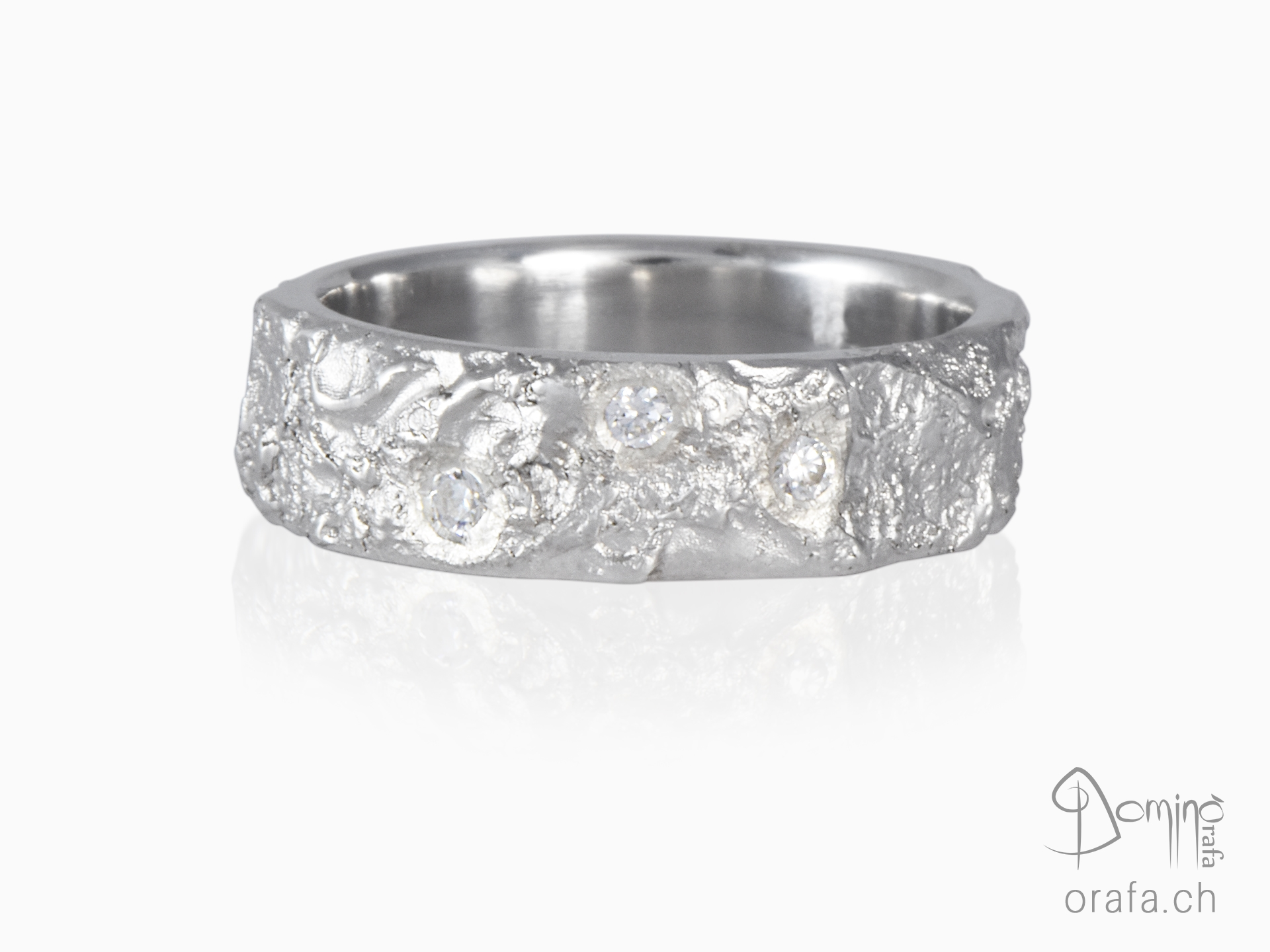 Oceano ring with diamonds
