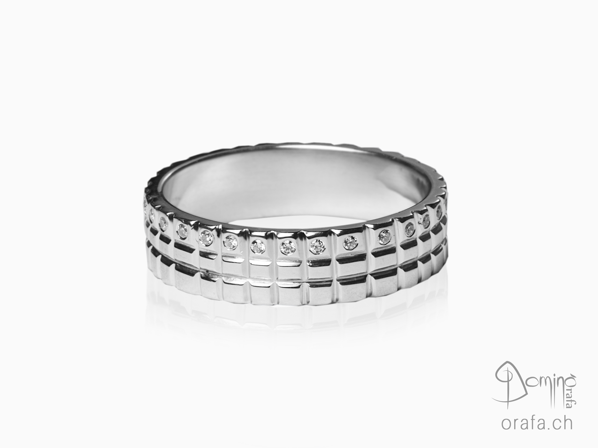 Quadrati ring with diamonds