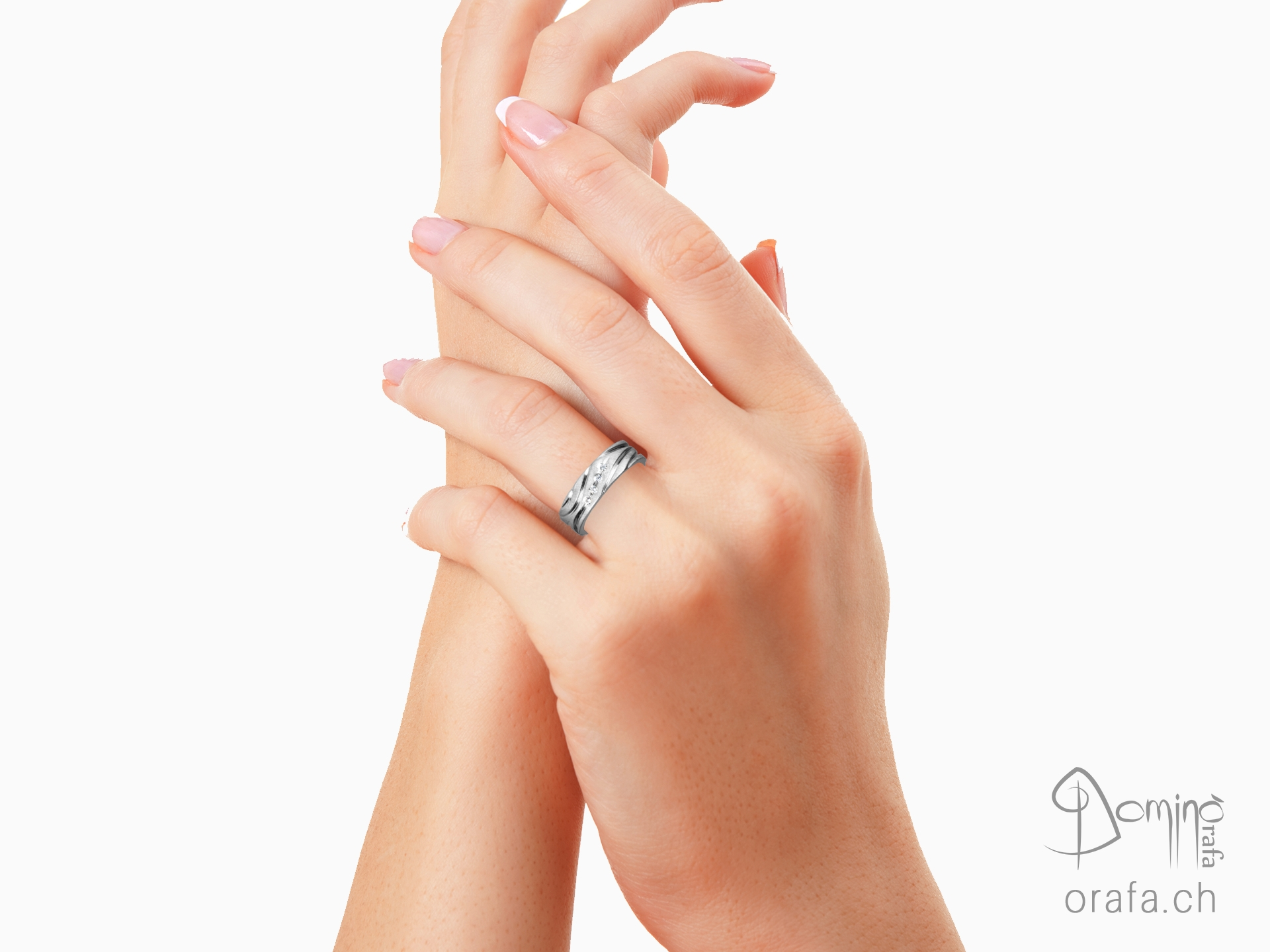 Anello satinato con solchi lucidi e diamanti 1