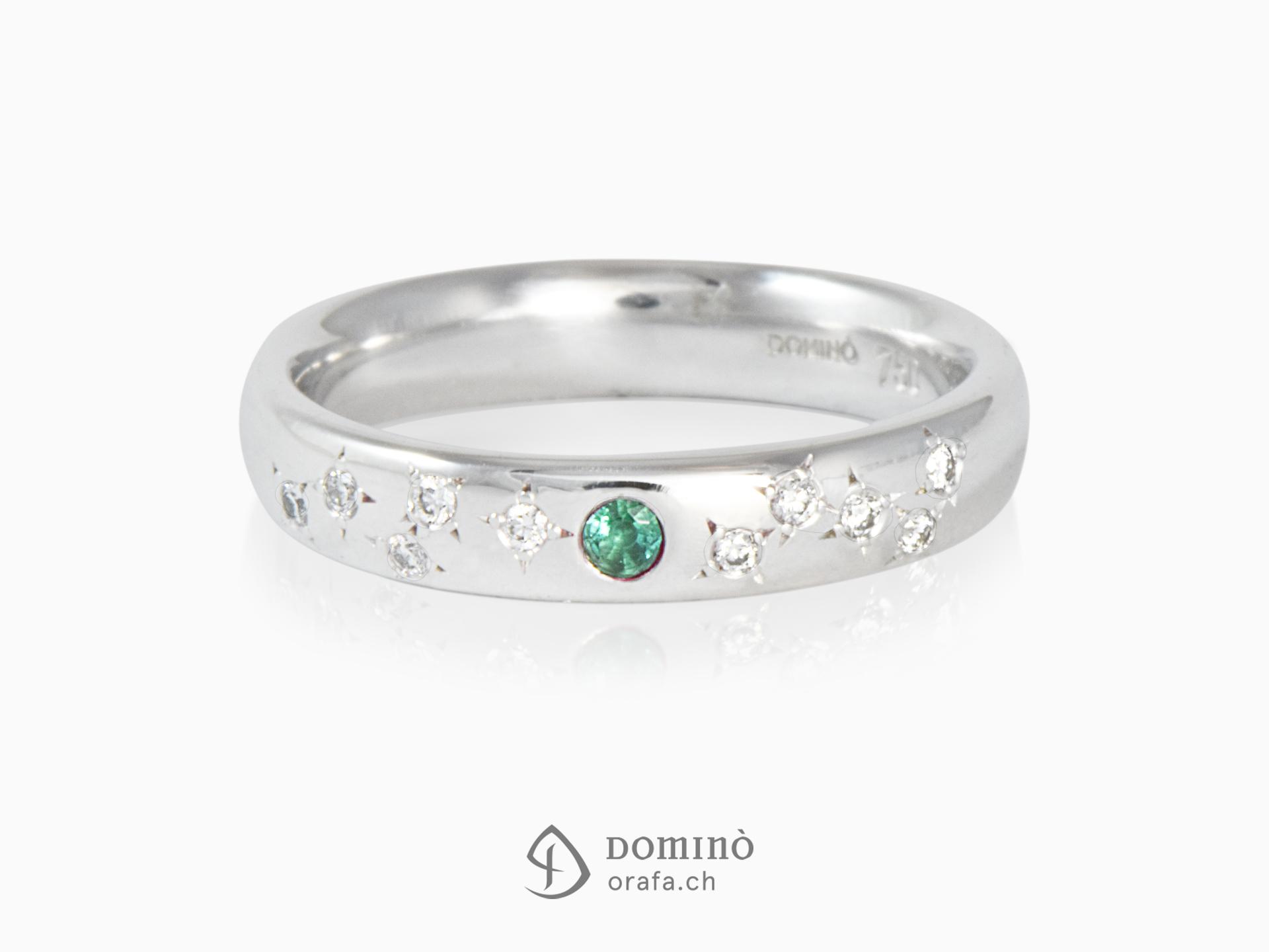 Anello con smeraldo centrale e 10 diamanti sparsi a Stelle