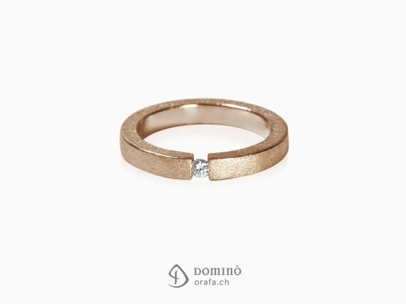 anello-squadrato-sabbiato-diamante-oro-rosso