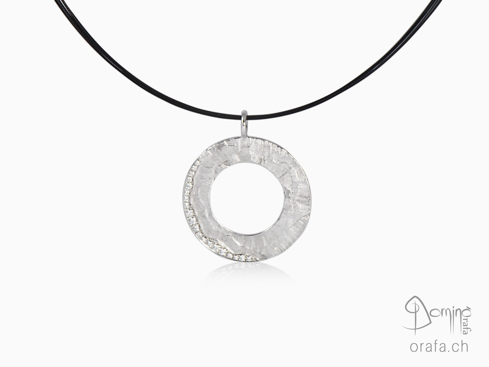 Circular Sentiero pendant with diamonds