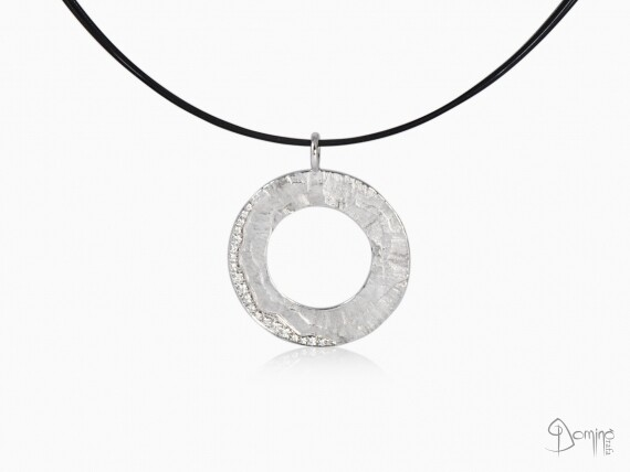 ciondolo-circolare-sentiero-diamanti-pave-oro-bianco
