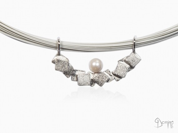 ciondolo-frammenti-sabbiati-perla-akoya-oro-bianco