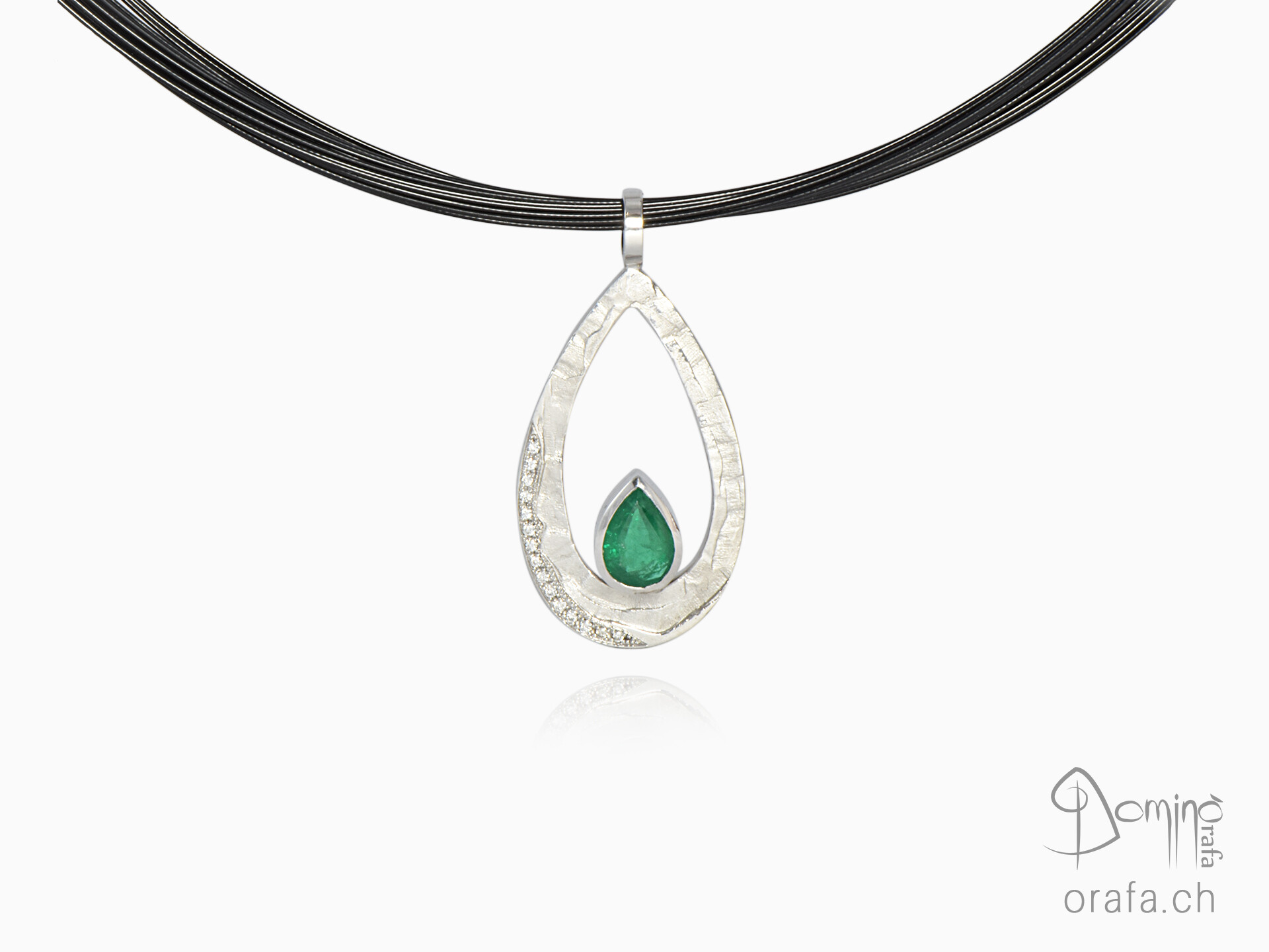 Sentiero pendant with diamonds and emerald