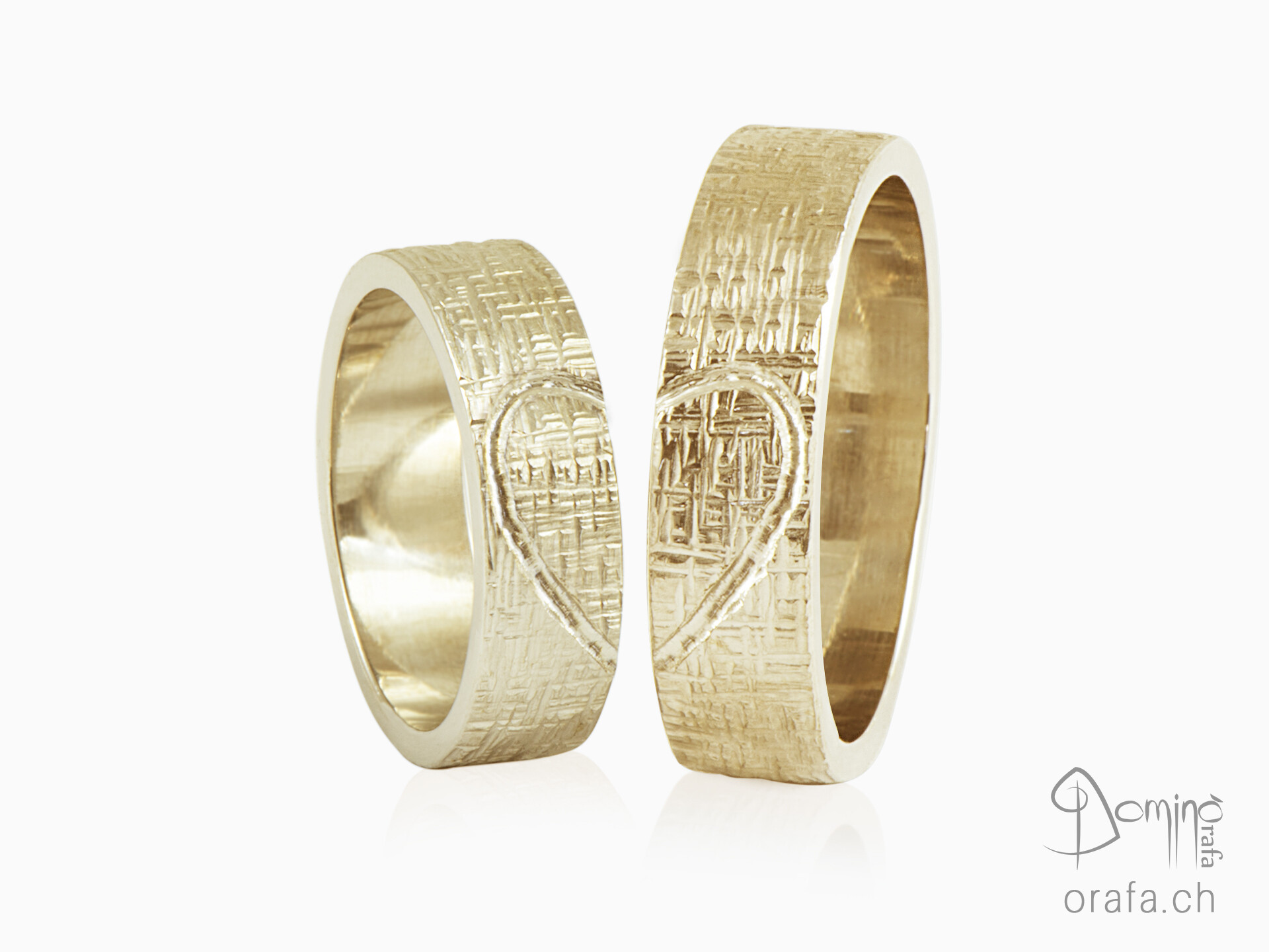 Wedding rings Crossed lines with engraved heart