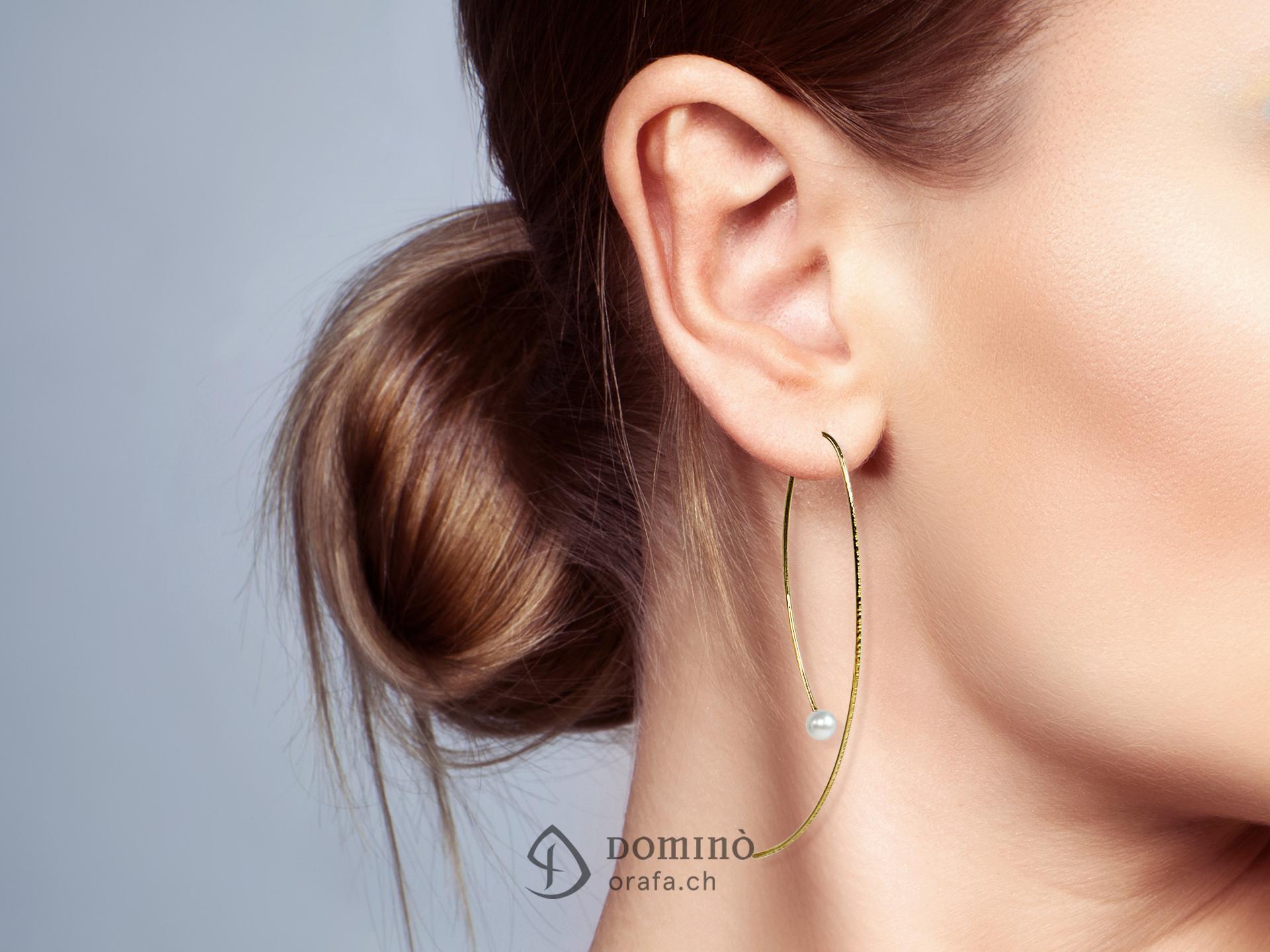 Orecchini fini lunghi con perle 1