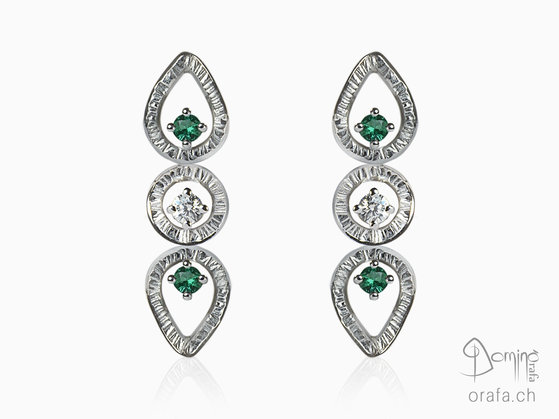 Linee earrings with emeralds and diamonds