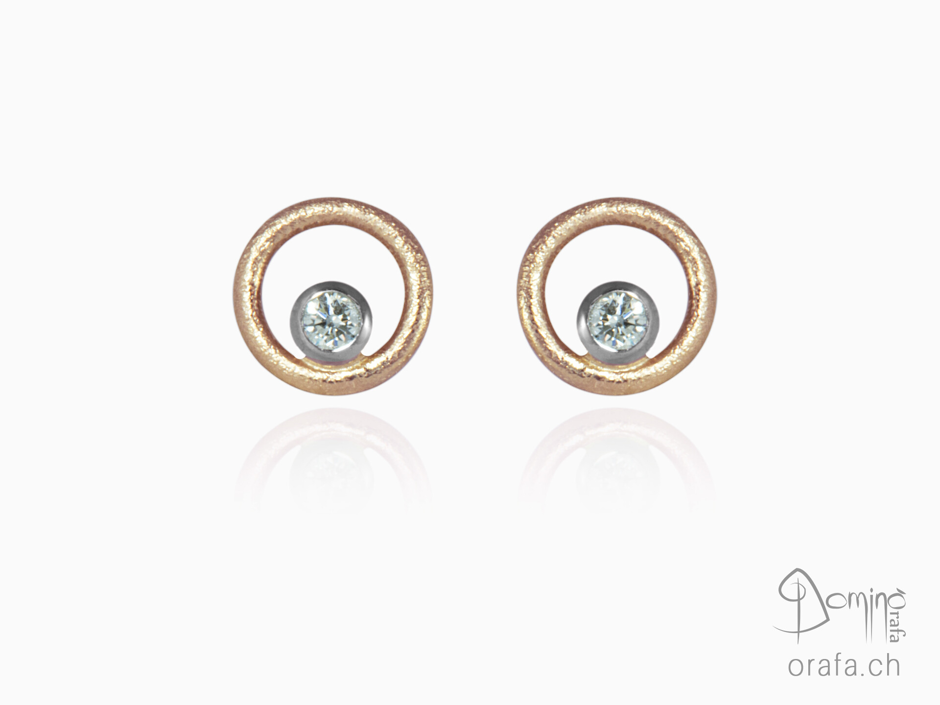 Gold earring with diamonds