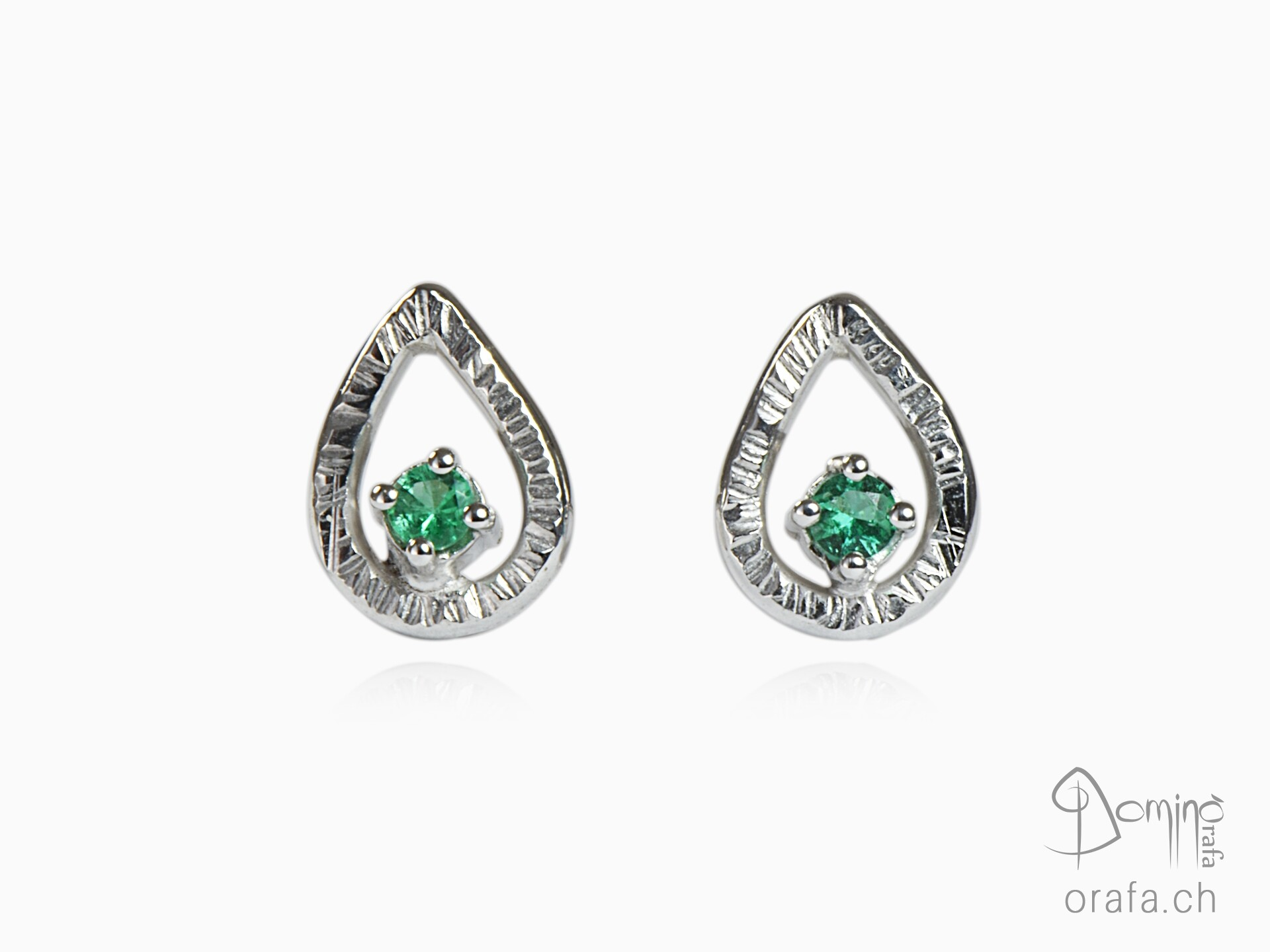 Earring with emeralds